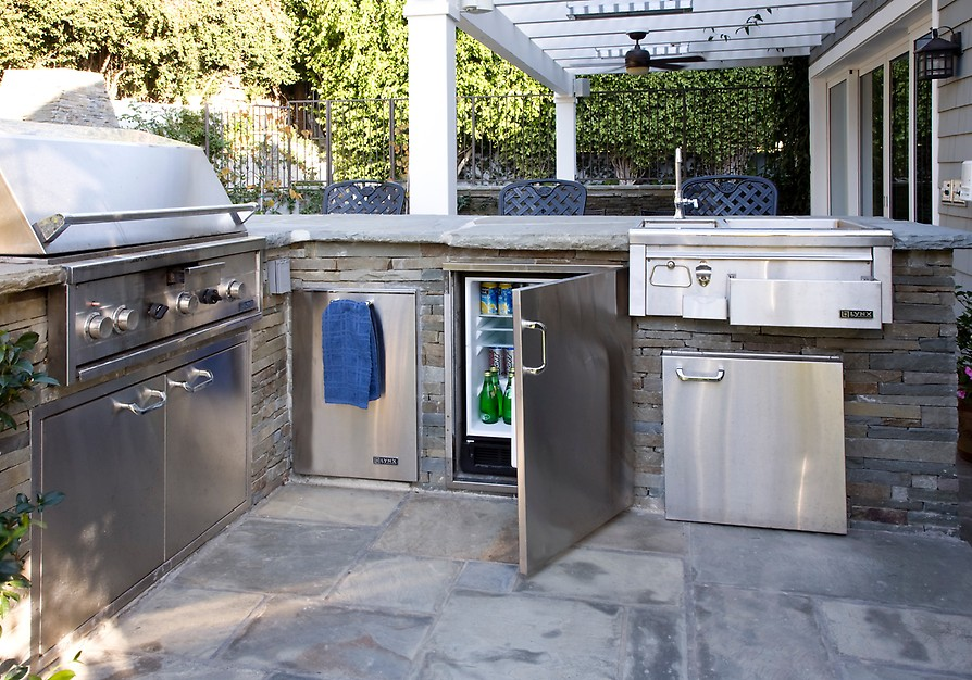 7 tips for designing the best outdoor kitchen porch advice for Outdoor kitchen cabinets plans