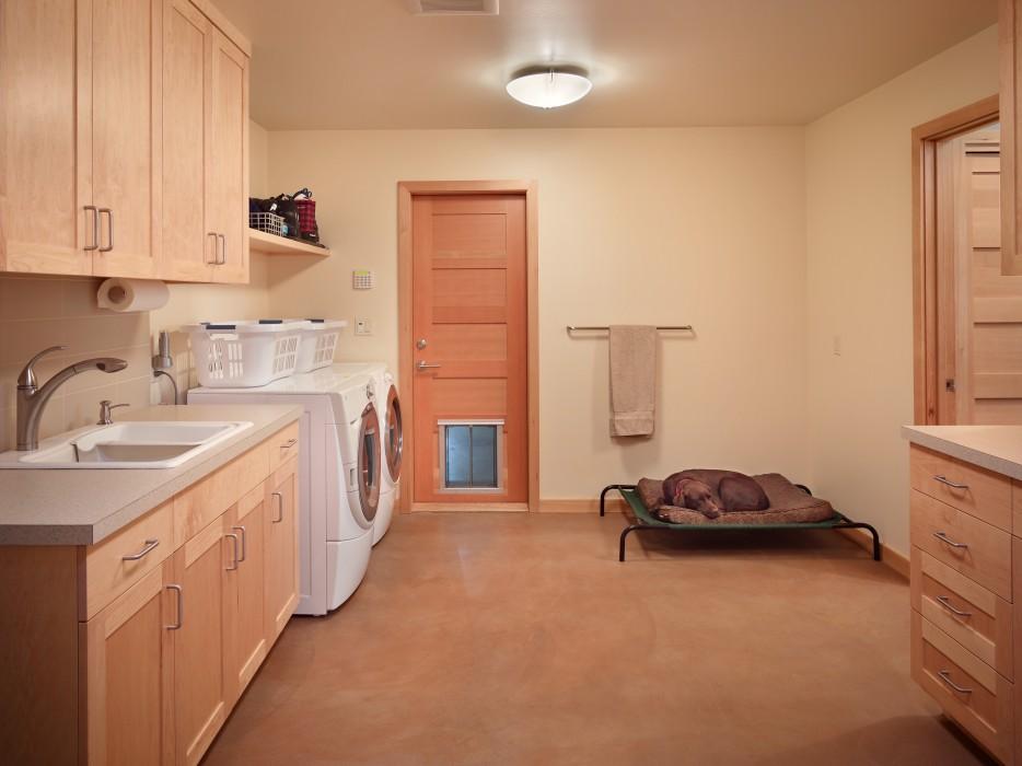 Gelotte Hommas - Dog bed in laundry room