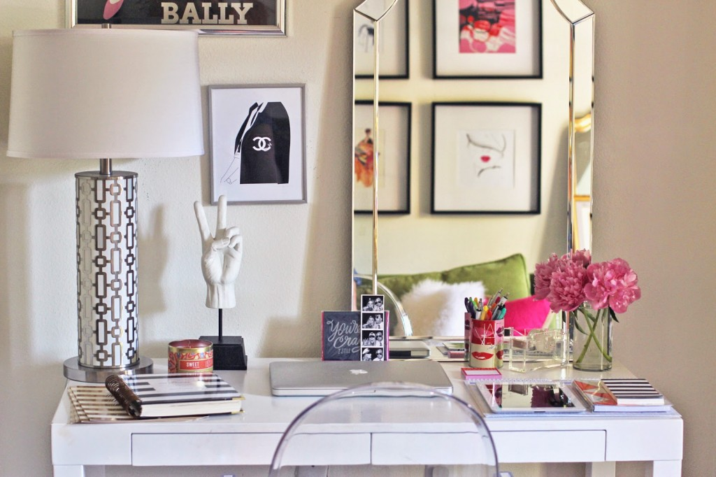 12 super chic ways to decorate your desk porch advice for How to decorate office desk