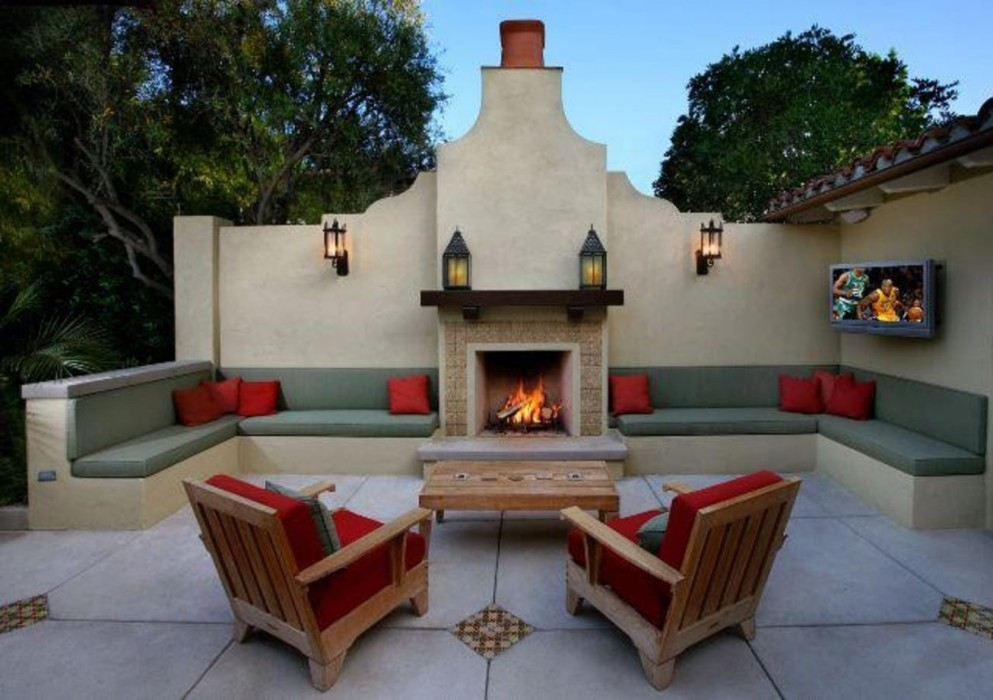 These stunning patios will make you forget you 39 re outside for Outdoor kitchen wall ideas