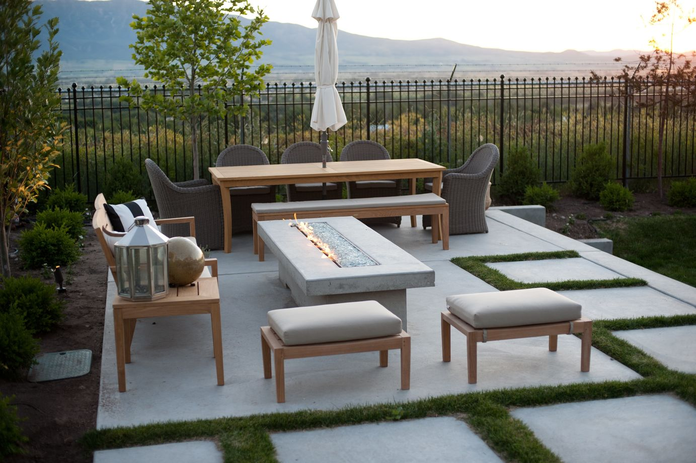 This Modern Patio Squeezes In A Lot Of Functionality There S Spot For Relaxing Near